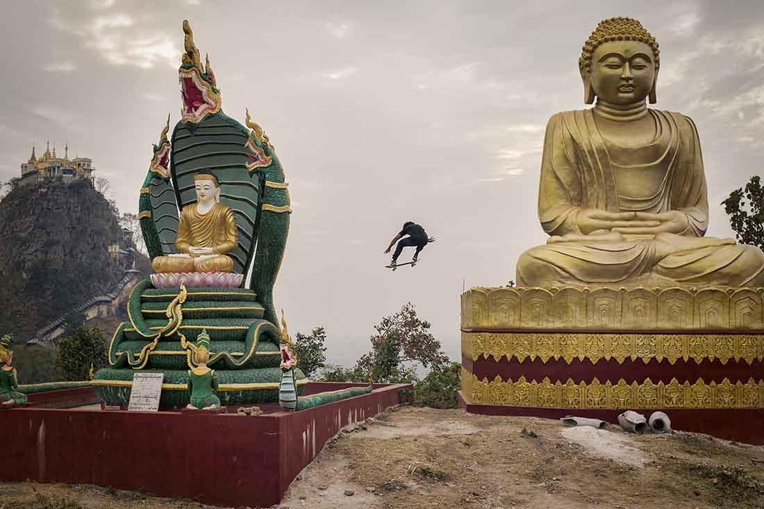 skateboarder fliegt über die dächer in myanmar