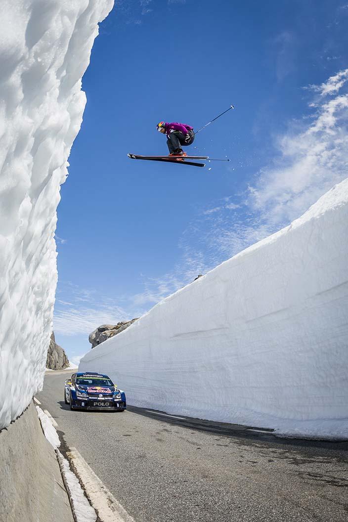Aksel Lund Svindal springt über Andreas Mikkelsen im Auto
