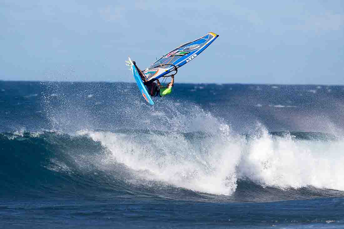 Kevin Pritchard surft beim Aloha Classic 2016