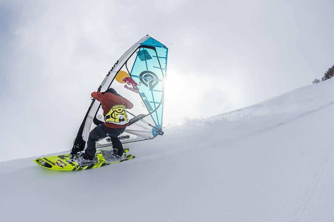 Levi Siver surft den Berg