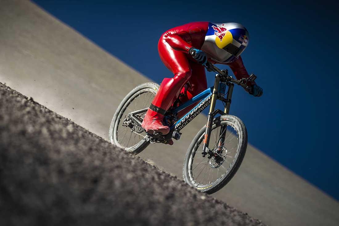 Markus Stroeckl fahrt mit dem Mountainbike den Berg hinab