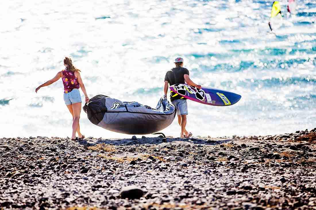 Pärchen schleppt surf equipment