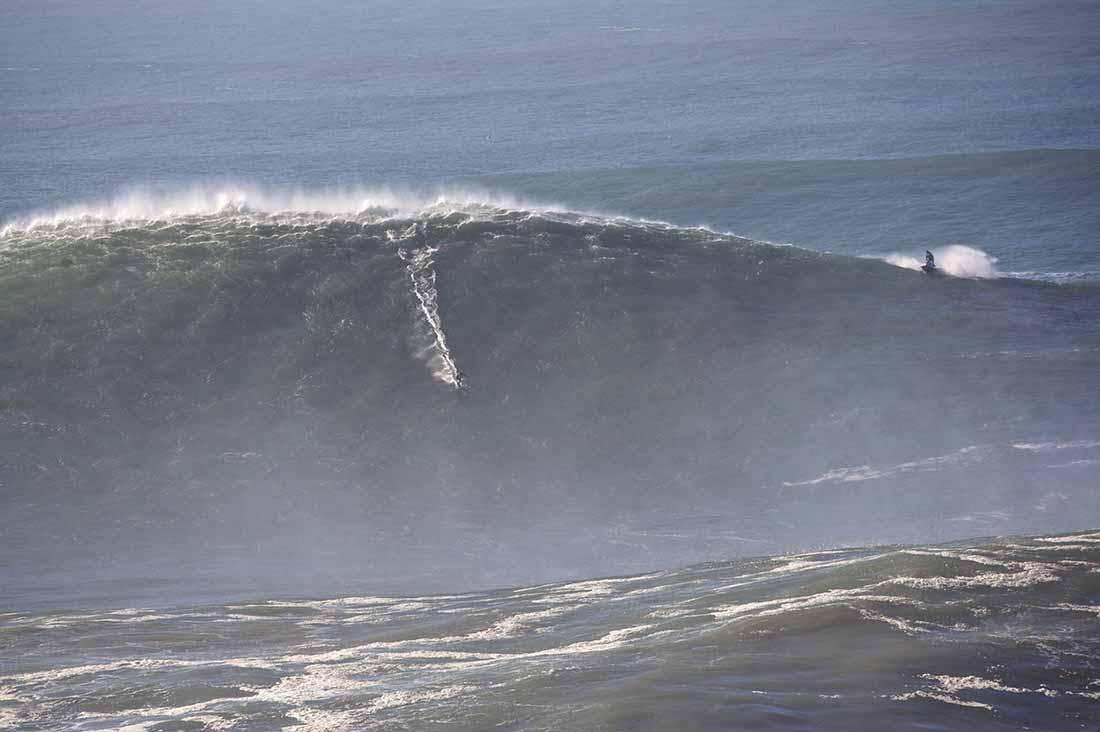 Sebastian Steudtner surft in Nazare