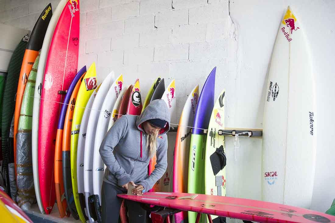 Maya Gabeira prepariert ihr surfboard