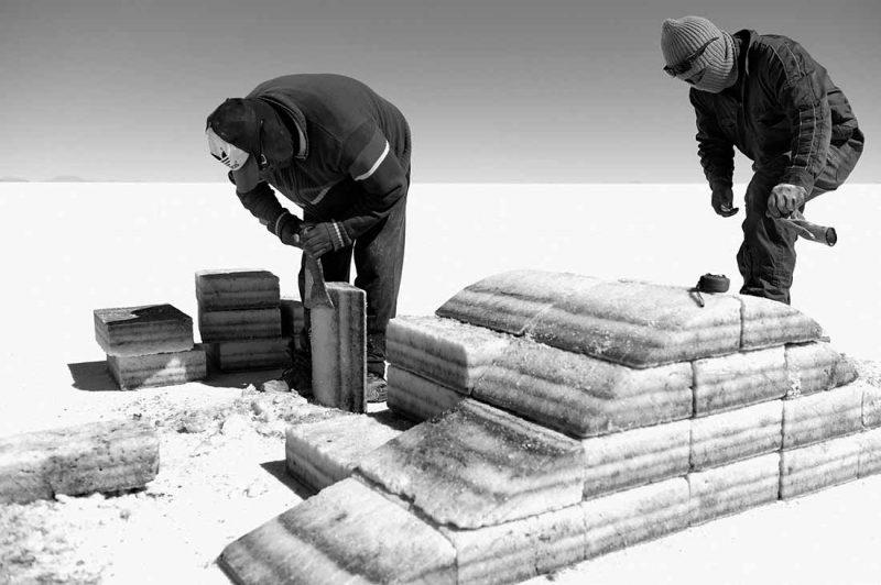 Salzarbeiter in Bolivien die Salz shapen
