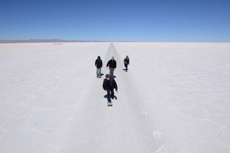 Jaakko und seine Crew pushenn in die Uyuni Salt Flats hinein