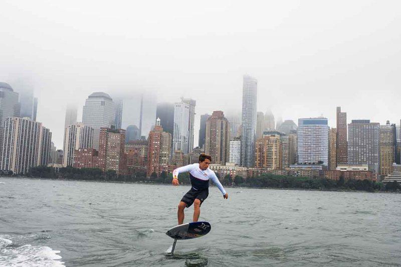 Kai Lenny beim Foil Surfing am Hudson River in New York