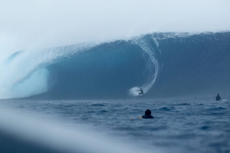 Kai Lenny auf einer riesen Cloudbrea Welle in Tavarua Fiji