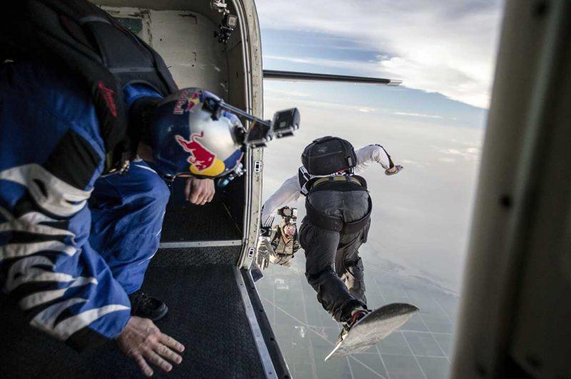 Jon Devore sieht zu wie Craig O'Brien Fotos von Sean MacCormac macht