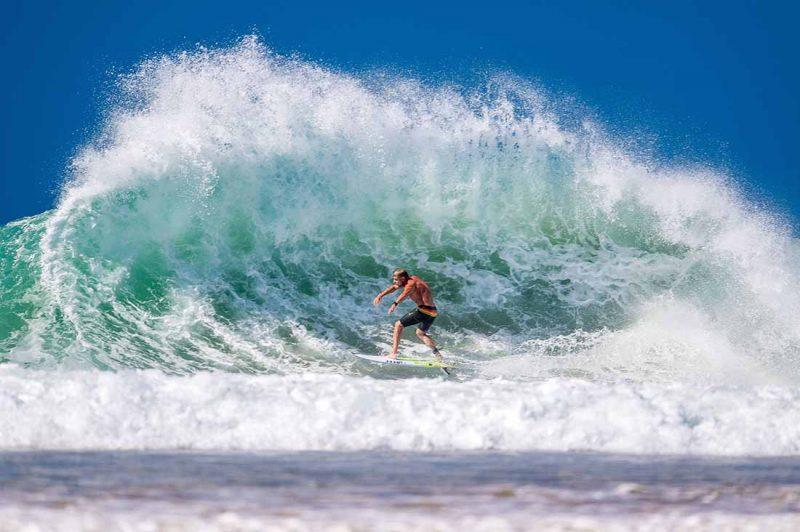 Mick Fanning surft in Coolangatta Australien