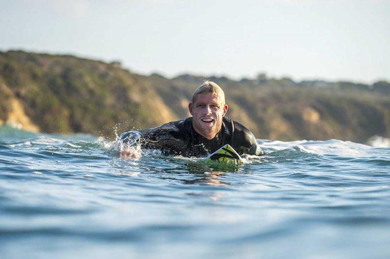 Mick Fanning paddelt in Torquay Australien
