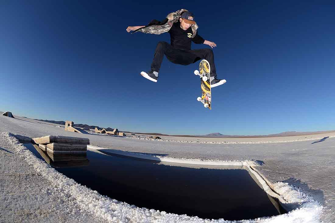 Angelo Caro macht einen Treflip in den Uyuni Salt Flats Bolivien