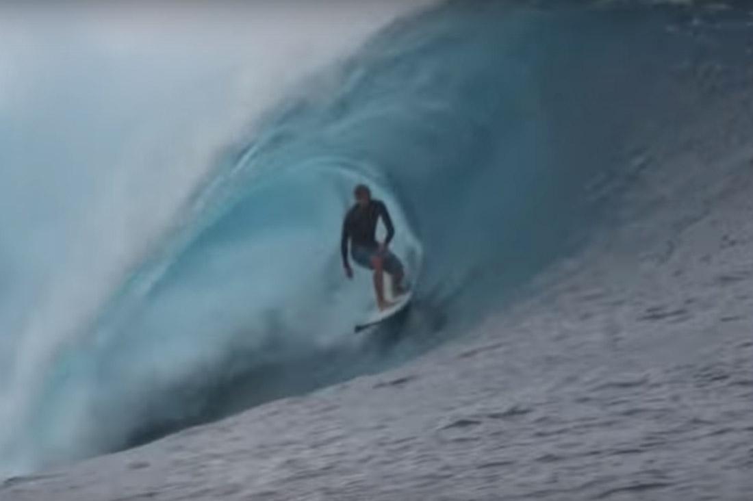 Surfer in der Pipe vor Tahiti