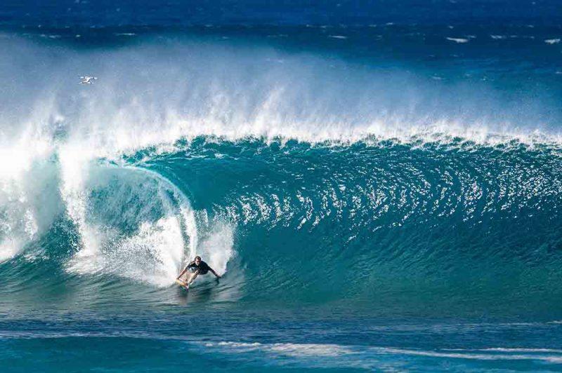 Julian Wilson surft Pipeline in Hawaii