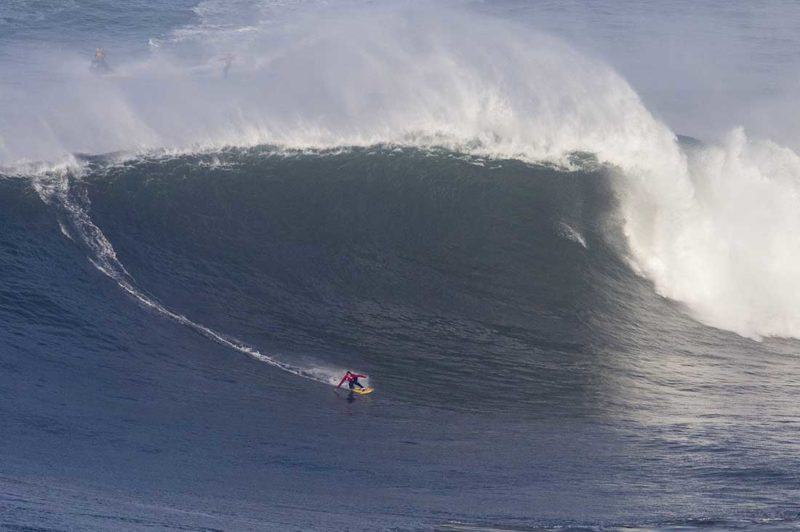 Kai Lenny bei einer Big Wave Session in Nazare Portugal.