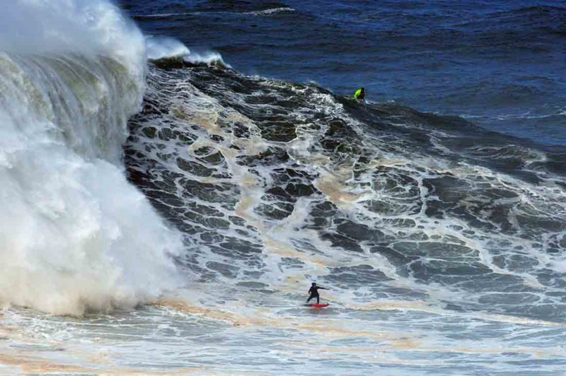 Justine Dupont vor einer riesigen Weißwasserwand