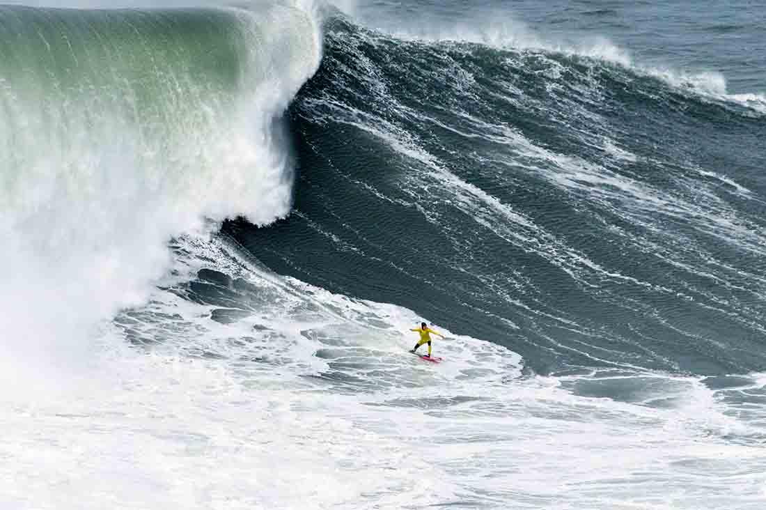 Justine Dupont vor der Welle in Nazare