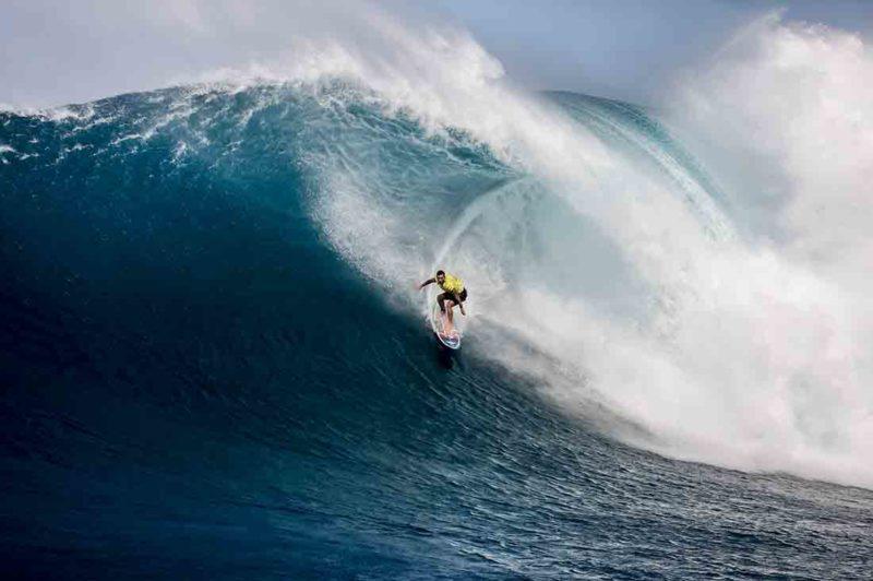 Billy Kemper vor einer Welle bei den Jaws Big Wave Championships